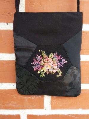 Sort taske med silkebåndsbroderi